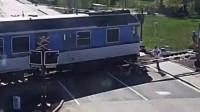 85岁老司机铁道口撞杆倒地 火车来临前几秒小伙飞身救人