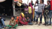 印度奇葩习俗,女子恋爱全程陪伴,40岁以下妇女碰手机会被严惩!