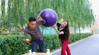 吹乒乓球赢现金,吹一个奖励100元,美女的做法太机智了