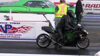 900马力肌肉车VS川崎,直线加速到底是川崎快还是肌肉车更猛?
