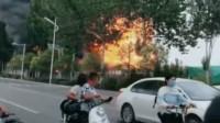 河北邯郸一废旧厂房发生爆燃:火苗有四五米