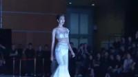 走秀:模特身穿白色纱裙,神秘得令人心动