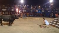 作死男子在牛角上点火,还抓起一把沙子朝着牛扔去,接下来尴尬了