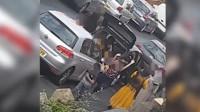 瞠目结舌!微型小车停在路边竟跑出14个人 网友调侃:严重超载了