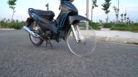 越南小伙用透明塑料板当摩托轮胎,实地测试,不会被瞬间压扁吗?