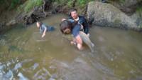 厉害了,小女孩潜下水底,徒手从岩石缝捕巨型大鲶鱼