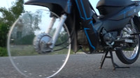 国外小伙花样作死,将摩托车轮换成透明塑料板,骑在路上像是悬空