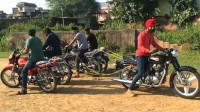 印度小伙举行摩托车拔河比赛,以1敌4,猜猜最后哪辆车赢了?