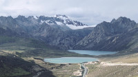 理塘与稻城之间的海子山,平均海拔4500米,是318川藏线美景之一