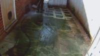 高压水枪清洗脏兮兮的地砖,这过程强迫症表示很满意!