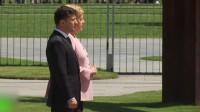这是咋了?正欢迎乌克兰总统 德总理默克尔突然浑身发抖近1分钟
