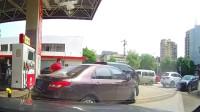 """行车记录仪:加油站还有这样的""""插队操作"""",见识了!"""