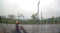 行车记录仪:女人啊,走机动车道就算了,不知道刚下过雨路滑吗?