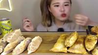 韩国吃货小姐姐吃美食,一口接着一口,感觉吃得好香!