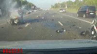 记录仪实拍:摩托车和轿车发生对撞,结局惨不忍睹!