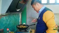 农村小伙下厨整俩硬菜,陪岳父喝两杯,茄子炖鸡吃的过瘾