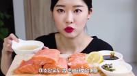 韩国小姐姐吃播三文鱼,大块的鱼肉沾上料汁太诱人了
