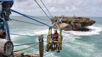 世界最危险景点之一,手动缆车过100米海峡,比坐过山车还刺激