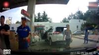 3个小孩一起横冲马路,记录仪拍下不要命瞬间,女生侧方位停车真牛,耗时25分钟硬是进不去,