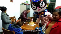 农村小孩过生日,一家人围在一起切蛋糕,有说有笑真开心