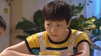刘梅做了晚饭要等爸爸一起吃,夏雨忍不住先闻了闻,就被刘梅凶了