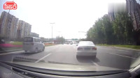 行车记录仪:你开车变道不用看后车镜的吗?还这样连续变道