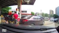 """行车记录仪:加油站还有这样的""""插队操作"""",见识了"""