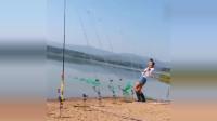 渔民捕鱼:小姐姐河边野钓,连爆好几竿,这是遇到鱼群了?网友:甩到手软!