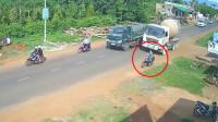 大妈骑车紧靠路边,自以为很安全,结果遇上一个没规矩的司机!