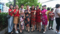 最硬核送考!30多老师家长穿旗袍祝考生旗开得胜