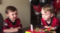 双胞胎过生日,争抢吹蜡烛,真是不省油