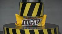 将巧克力豆放到液压机上,它能坚持几秒?一起来见识一下!