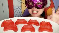 """妹子吃""""尖牙橡皮糖"""",红色牙套大尖牙真搞怪,酸甜果味超好吃"""