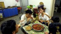 五斤龙虾一桌菜,大sao给家人加餐,十三香小龙虾烧一锅,真过瘾