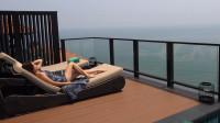 包下一条海岸线的度假村,在无人的海上晒太阳,过浪漫的二人世界,享受露天的泳池