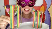 """妹子吃趣味零食""""彩虹软糖"""",又软又长多彩鲜艳,酸爽带劲好喜欢"""