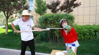 挑戰用2米長勺吃西瓜,吃1勺獎勵10元,小伙的做法太逗了