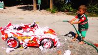 萌娃小可爱自己动手把玩具车洗的干干净净,小家伙真是棒棒哒!