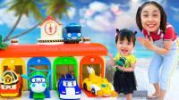 太开心,为何萌宝小萝莉和妈妈在路上捡到超多玩具车?你最喜欢哪一款呢?