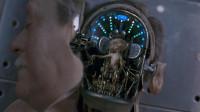 老人的整张脸像机器一样被打开,里面藏着外星王子,躯体只是工具,威尔·史密斯主演《黑衣人》