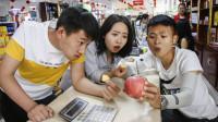 姐弟俩为难超市老板,非让老板把一颗苹果平分,太逗了