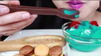 小姐姐用巧克力勺子挖甜品吃,最后把勺子都直接吃了?