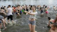 乌克兰的泼水节,看上的美女可以直接抱走