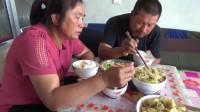 农村大黑和媳妇干活,午饭简单炒两道菜,两口子吃的简单满足