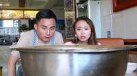 美女饭店吃超辣火鸡面,中了再来一碗,没想被老板坑惨了