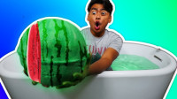 小哥用西瓜做出的巨型泡澡球,扔进水里会发生什么?