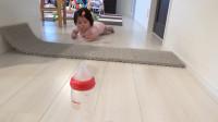 萌娃想要拿到奶瓶,又不敢爬过去,这吓咋办?