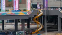重庆一轻轨站外可以滑滑梯下楼 胖子请绕道