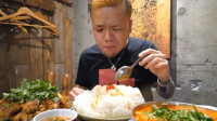 日本大胃王这次不吃面了,10公斤左右的米饭生吞猛咽,这吃相厉害