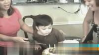 小男孩过生日 趴桌上吹蜡烛
